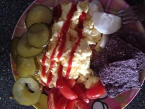 Fermie Frokost. Kombucha ketchup, fermenteret agurkesalat med røræg og spirede blåmajs tortilla's